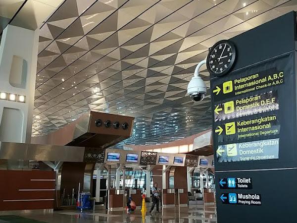 Di Terminal 3 Soekarno Hatta Yang Modern, Ada Pak Jokowi Bermain Dengan Kayu