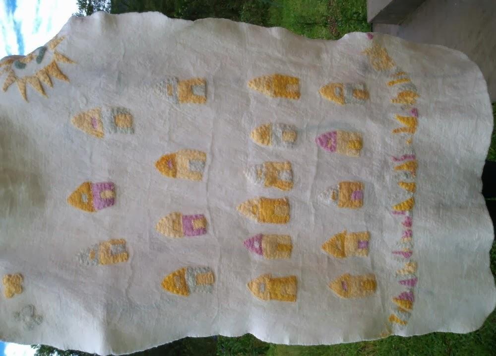 cobertor infantil feltrado com casinhas coloridas