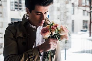 Auf dem Bild: ein Mann mit einem Strauß Rosen, den er zum Rendezvous mitbringt