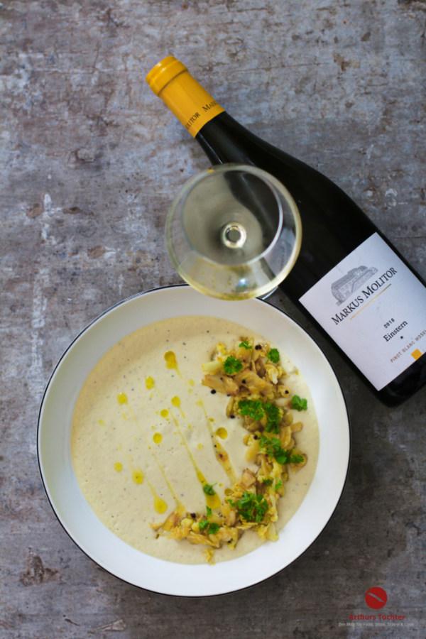 Marokkanische Blumenkohl-Mandel-Suppe mit Petersilien-Orangen-Öl. Der Wein: Ein Pinot Blanc von der Mosel, Einstern von Markus Molitor