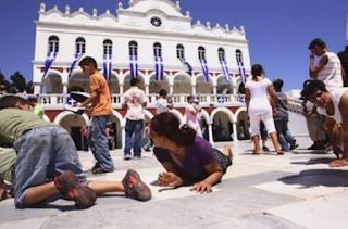 Η Παναγία εμφανίστηκε στον ναό της στην Τήνο και γιάτρεψε μια ψυχασθενή!