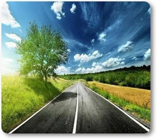 Longa estrada entre campos. Ao longe, lindo céu azul, mostrando que lá adiante, um novo horizonte surge.