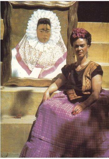 Frida ao lado de um de um quadro