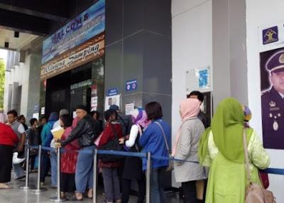 Perjuangan Demi Nomor Antrean Untuk Urus Paspor di Kantor Imigrasi