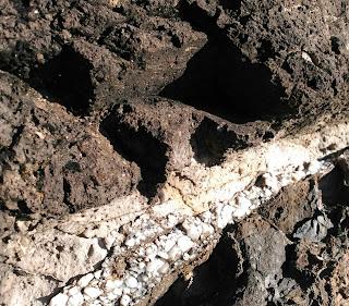Filón de calcita en la roca volcánica, Armintza, Bizkaia, Euskadi