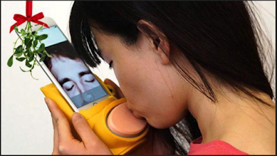 Dengan Perangkat Ini Anda Bisa Berciuman Lewat Smartphone. Cocok Untuk Yang Sedang LDR.