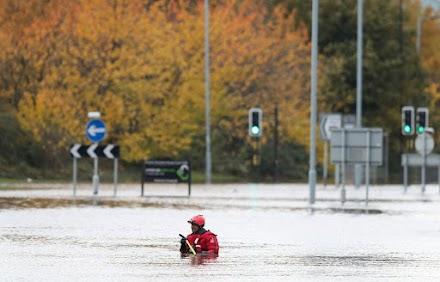 Νεκρή μία γυναίκα από τις φονικές πλημμύρες που πλήττουν την κεντρική και βόρεια Αγγλία