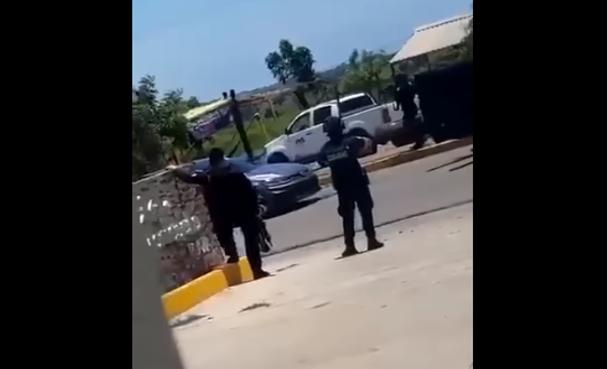 Video: Levanta las manos y tírate al suelo, Estatales se enfrentan a Sicarios que fueron a rescatar a detenido , se subieron al Golf GTI y se enfrentaron a balazos en La Cruz de Elota, Sinaloa