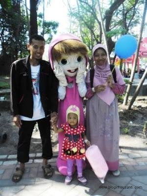 Foto bersama badut Masha di Kebun Binatang Surabaya