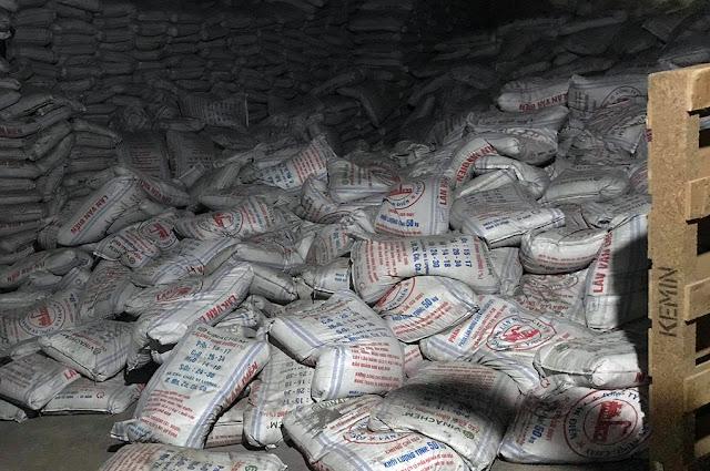 Các dãy bao phân đổ sập trong nhà kho ga Sóng Thần tối 12/9. Ảnh: Thái Hà.