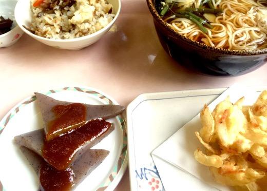 山菜うどん、鶏と舞茸のおこわ、かき揚げ天ぷら、そして下仁田名物のこんにゃくの定食セット