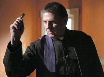 Sacerdote católico exorcizando