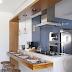 Cozinha americana provençal azul e branca com madeira teca e azulejos tijolinhos!
