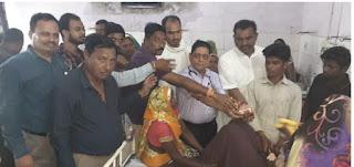 विधायक व कांग्रेसी कार्यकर्ताओं ने गांधी जंयती पर स्वास्थ्य केंद्र में मरीजो को फल किये वितरित