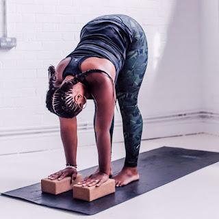 Esta asana es una flexión hacia delante con las piernas estiradas y juntas. Es necesario hacer un estiramiento intenso de piernas, brazos y músculos de espalda.