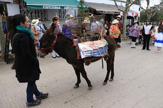 Laguntasuna sale con el gallo en la cuestación de carnaval por las calles de San Vicente