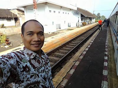 Selfie di Stasiun Nagreg, nunggu silang dengan Kereta Lodaya Bandung-Solo.