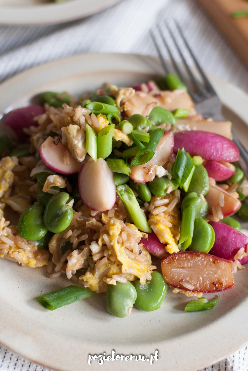 Smażony brązowy ryż z jajkiem (i bobem i rzodkiewkami!)