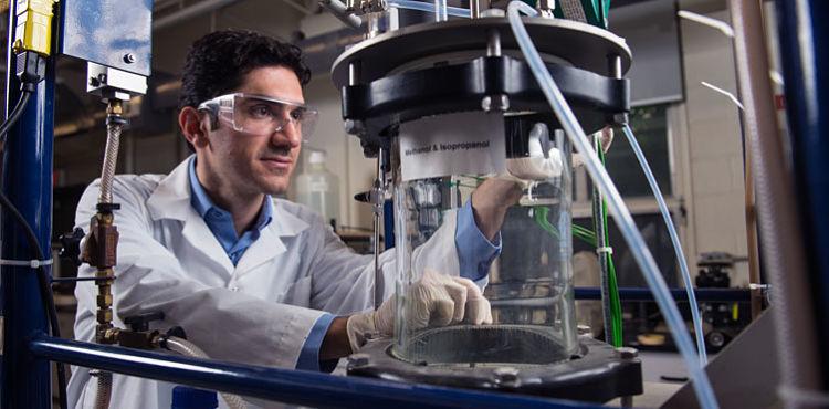 Estudiante de ingeniería química en un laboratorio
