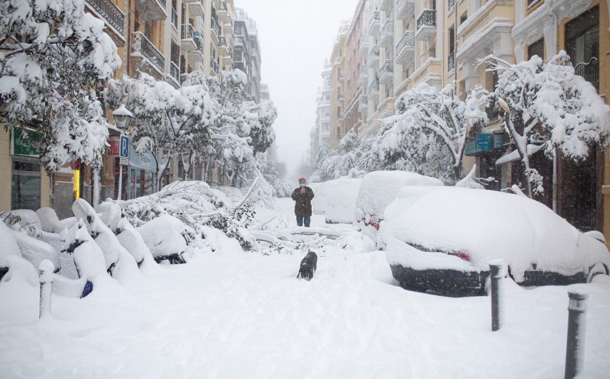 En España trabajan intensamente para quitar la nieve de las principales avenidas y rutas antes de la ola de frío