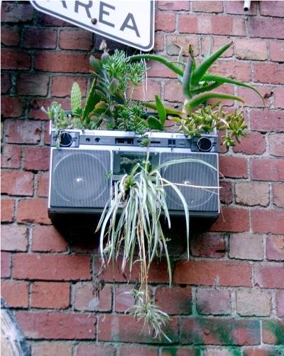 11. Radio lama dimanfaatkan sebagai pot tanaman