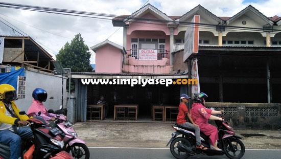 DIJUAL SEGERA :  Inilah Mie Ayam PANAMA di Jalan Uray Bawadi Pontianak yang ditawarkan bagi siapa saja yang berminat memilki bangunan sekaligus brand Mie Ayam PANAMA dengan harga 2 M.  Foto Asep Haryonoi