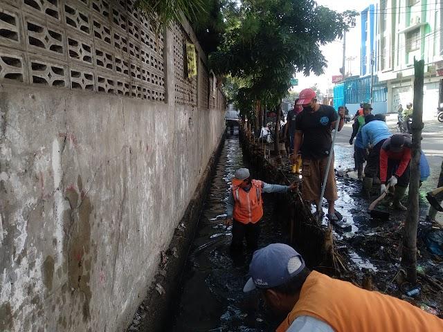 Satgas Citarum Sektor 21-13 Bersama 50 Warga Gerebek Sampah di Sungai Cikendal