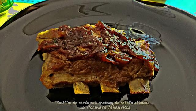 Costillas de cerdo con chutney de cebolla al cacao