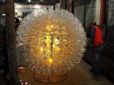 Esfera gigante para decorar con botellas de pet lampara gigante encendida