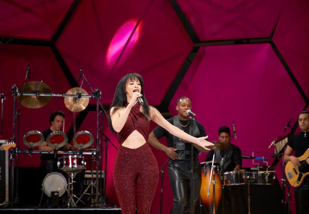 Selena actúa en el Astrodome de Houston en Selena:La Serie