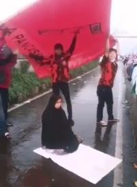 Mengharukan, Muslimah Sholat di Tengah Jalan Dipayungi Pemuda Pancasila
