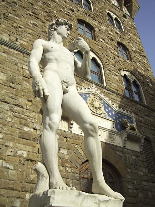 Maravillosa imagen de El David de Miguel Ángel Buonarroti en la Plaza de la Señoría de Florencia bajo el Palazzo Vecchio (Palacio Viejo) de la Plaza de la Señoría de Florencia, Italia