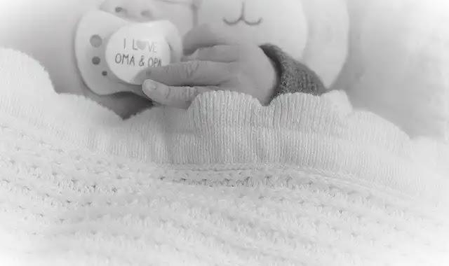 علاج مص الإصبع عند الأطفال