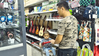 grocery shopping with daddy be like