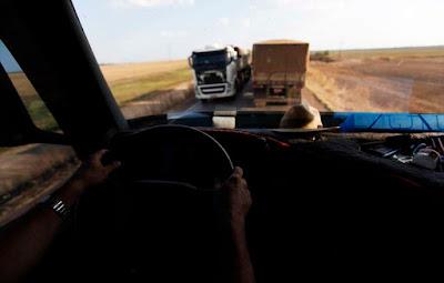 caminhões parado na estrada