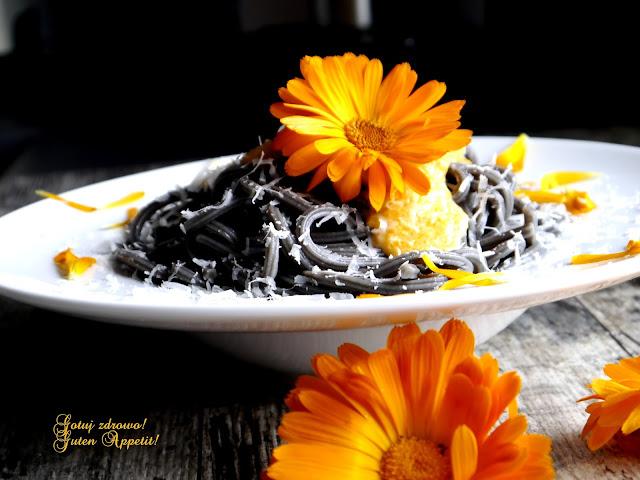 Makaron z sosem marchewkowo-nagietkowym - Czytaj więcej »