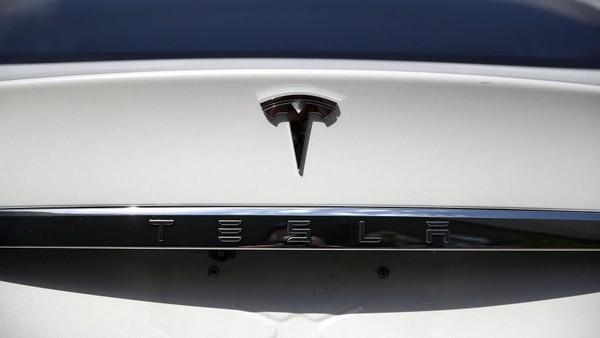 Kecelakaan Bikin Fitur Autopilot Disorot, Saham Tesla Turun 3,4%