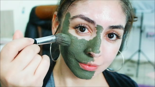 pele limpa, argila preta, melaleuca, pele com espinhas, cravos, máscara facial, evitando a oleosidade da pele