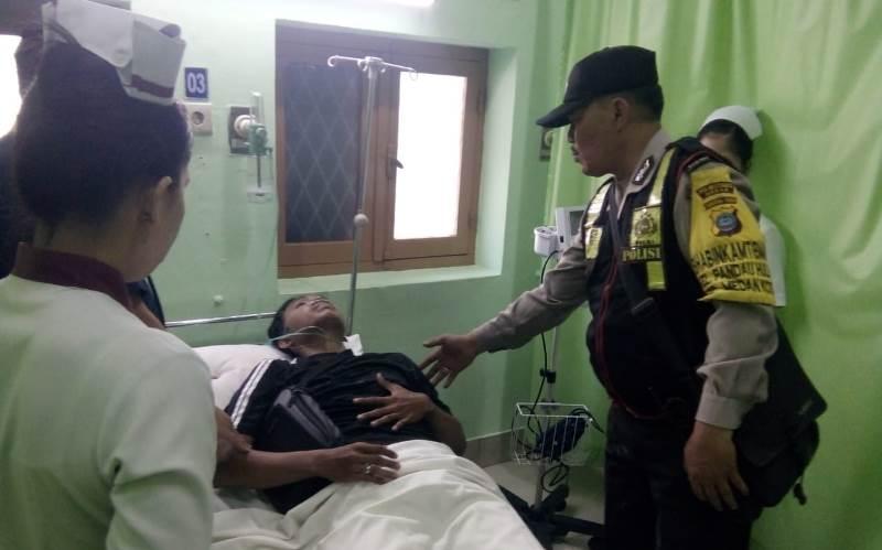 Personil Bhabinkamtibmas Polsek Medan Kota Tolong Seorang yang Sakit Saat Hantar Opungnya Ibadah di Gereja HKBP