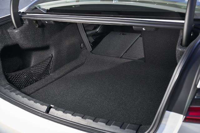 Novo BMW 320i 2020 - porta-malas