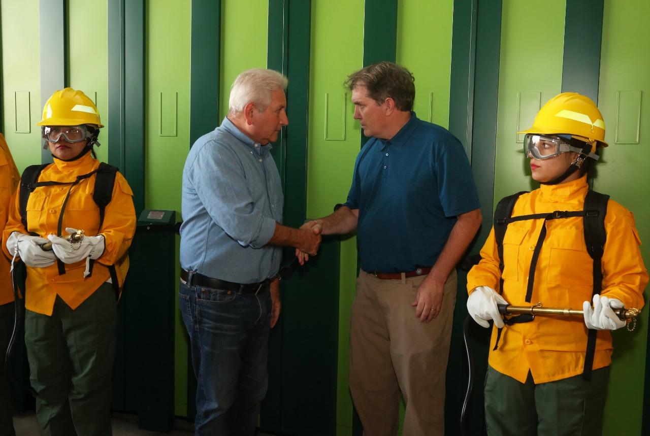 Costas y el representante norteamericano durante la entrega de los equipos para los bomberos forestales  / GADSCZ