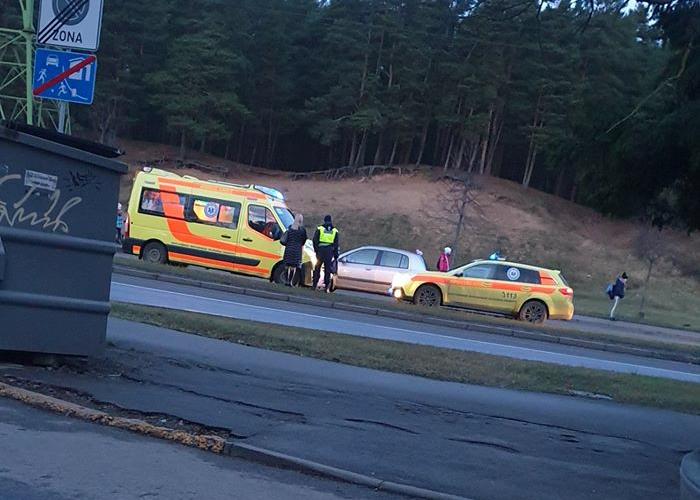 Ātrie, policija un liecinieki negadījuma vietā