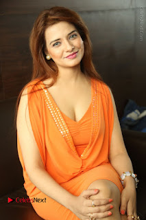 Actress Saloni Aswani Pos in Short Dress at Meelo Evaru Koteeswarudu Movie Interview  0163.JPG