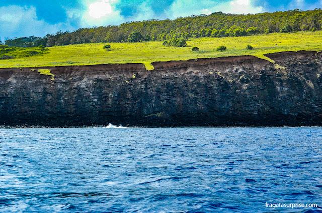 Penhasco sobre o mar na Ilha de Páscoa