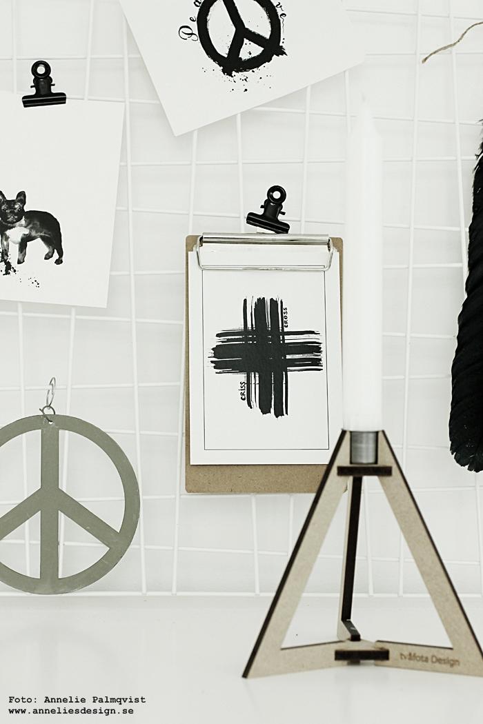 frenchie, hund, hundar, nät, galler, hänga upp vykort, webbutik, webbutiker, webshop, inredning, clips, annelies design, poster, posters, print, prints, kort, vykortet, svart och vitt, erbjudande, rabatt, böset ljusstake, tvåfota design, svartvitt, vitt, vit, vita, peace, kors, peacetecken, peacetecknet, fjäder, träkulor,