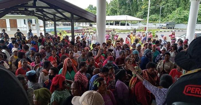 Tagih Janji Transportasi, Ratusan Mama Pedagang Demo DPRD Mimika