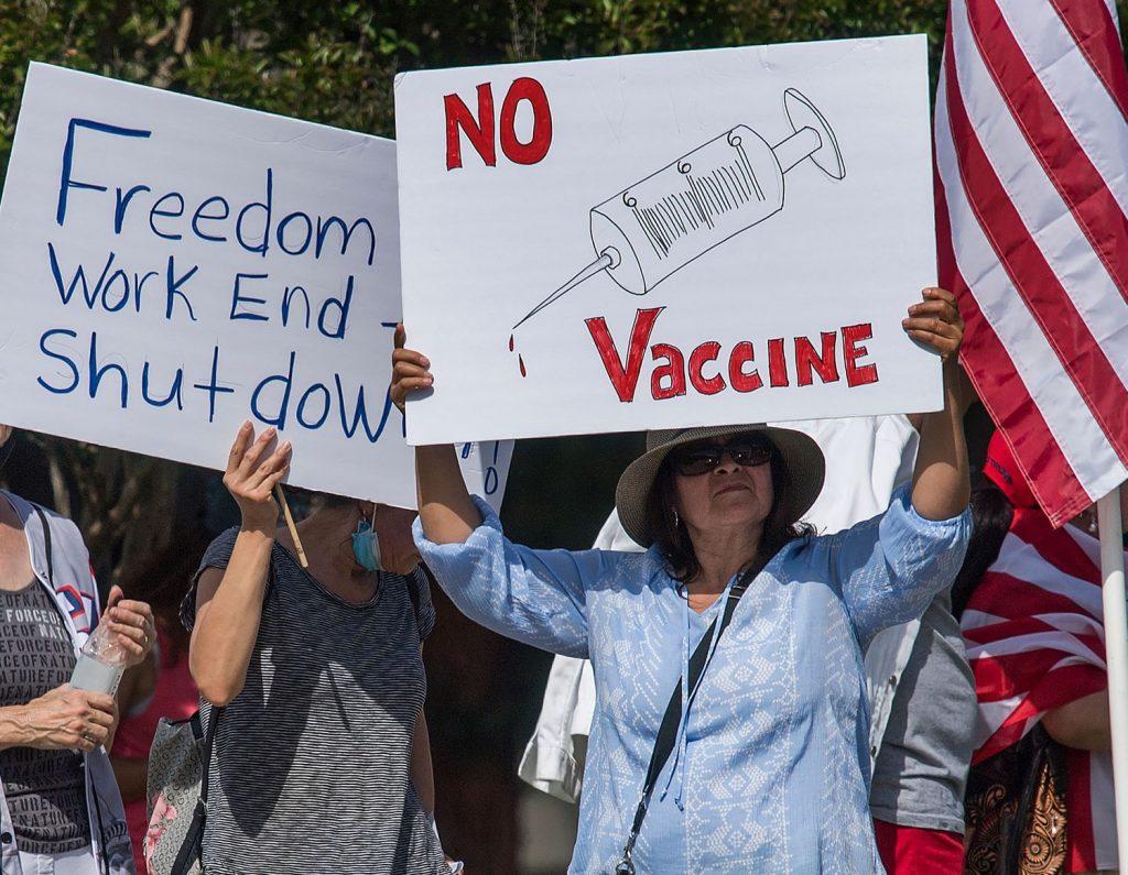 Manifestantes antivacunas bloquearon uno de los mayores centros de vacunación en Estados Unidos