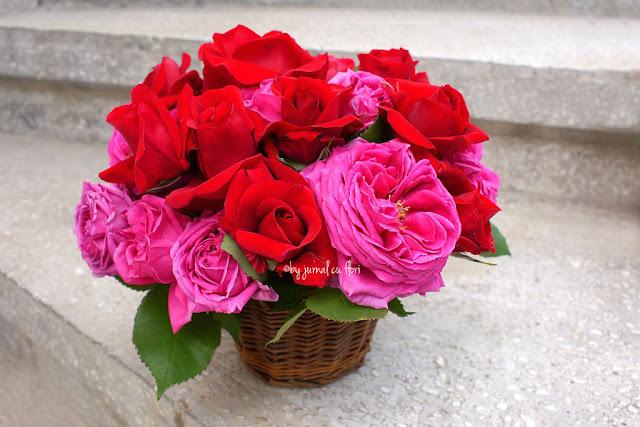 buchet cu flori trandafiri rosii si fucsia in cos rustic