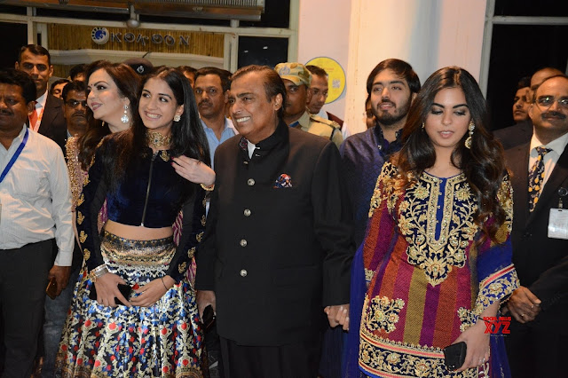 Mukesh Ambani walks daughter Isha to Anand Piramal