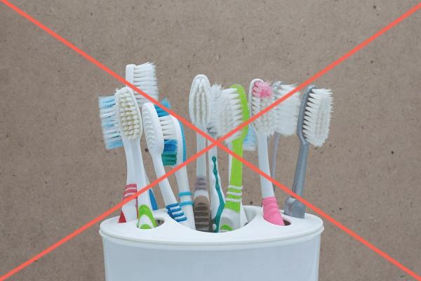 Không đặt bàn chải đánh răng cạnh nhau